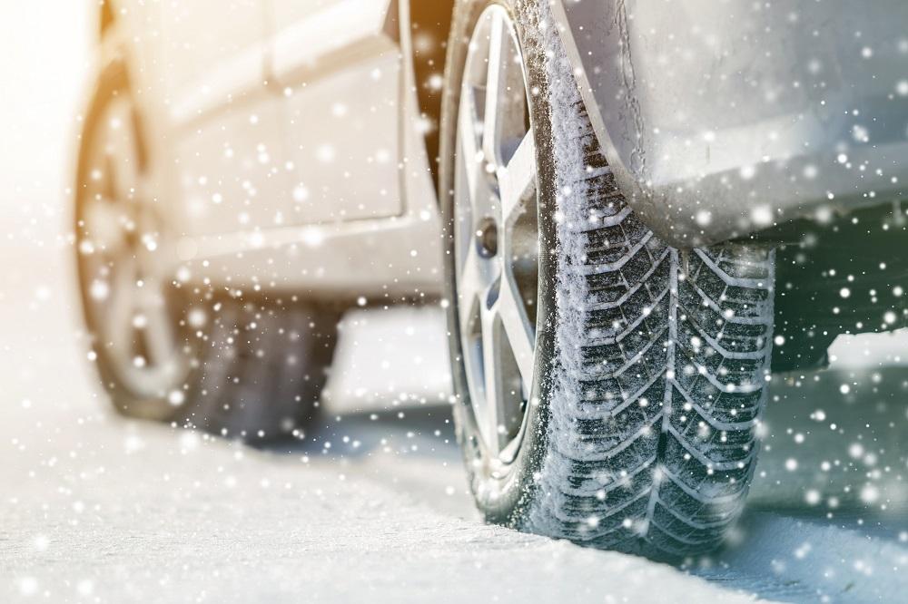 samochód podczas zimy
